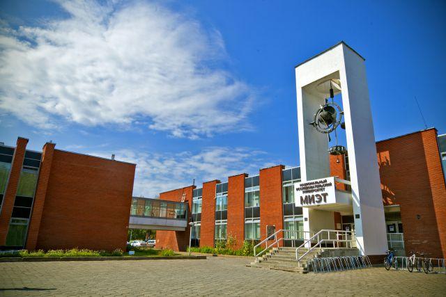 Главный вход в университет