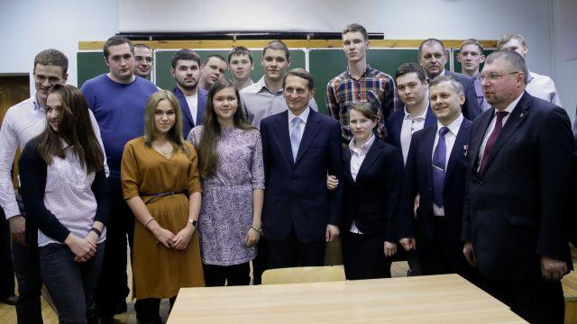 Фото Сергея Евгеньевича со студентами Военмеха