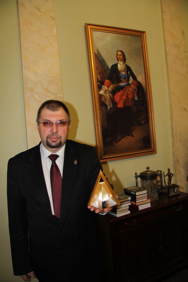 Ректор БГТУ `ВОЕНМЕХ` Иванов К.М. со знаком