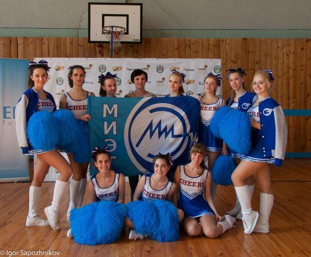 команда спортивного клуба `Электрон` по черлидингу