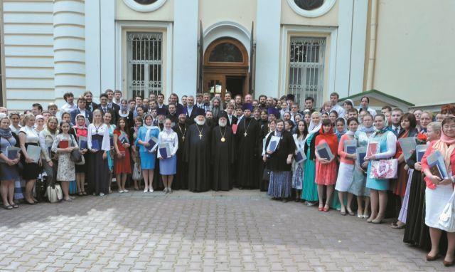 Выпускники ПСТГУ после вручения дипломов