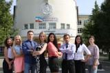 Студенты МарГУ на фоне корпуса `А`