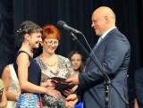 Дипломы вручает губернатор В.И. Назаров